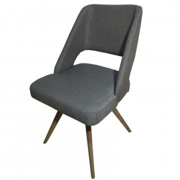 Καρέκλα τραπεζαρίας Κ85 με επένδυση χρώματος γκρι και ξύλινα πόδια μοντέρνας σχεδίασης.