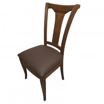 καρέκλα τραπεζαρίας Κ101 κλασικής γραμμής από μασίφ ξύλο οξιάς με ιδιαίτερα σκαλίσματα και καφε δερματινη επένδυση στο κάθισμα.